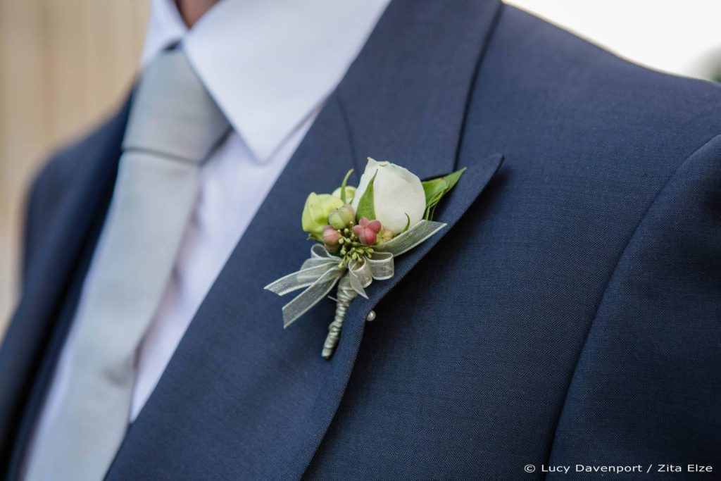 Zita Elze wedding flowers for Olivia and Benedict - boutonnière photo: Lucy Davenport KEW-122_wm