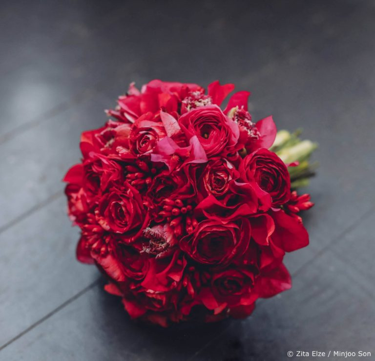 Rose, ranunculus and tulip bridal bouquet by Zita Elze Flowers photo Minjoo Son